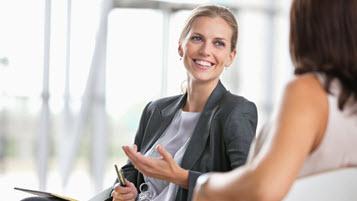 Zwei Frauen in einem Gespräch